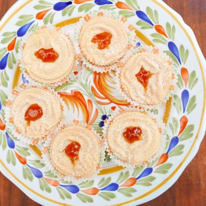 Swiss tarts on a Mediterranean plate. Crumbly shortcake with jam , sprinkled with icing sugar.